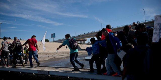 川を渡る移民たち