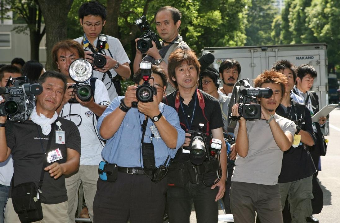 2006年9月、東京地裁でライブドア元社長の堀江貴文氏の到着を待つ報道陣。