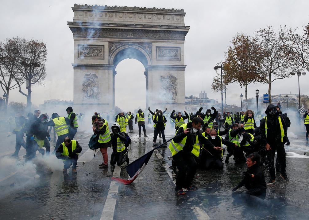 デモ参加者を食い止める警察。