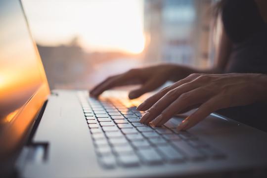パソコンのキーボードを打つ手