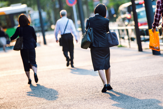 電話しながら歩く女性