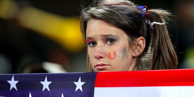 星条旗を持つ、悲しそうな少女