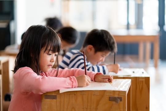 文字を書く小学生
