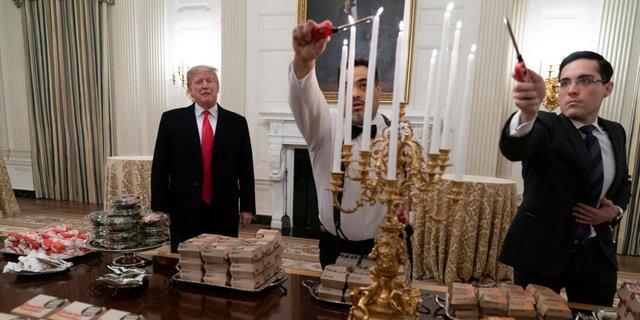 クレムソン大の歓迎準備を見守るトランプ大統領。2019年1月14日。