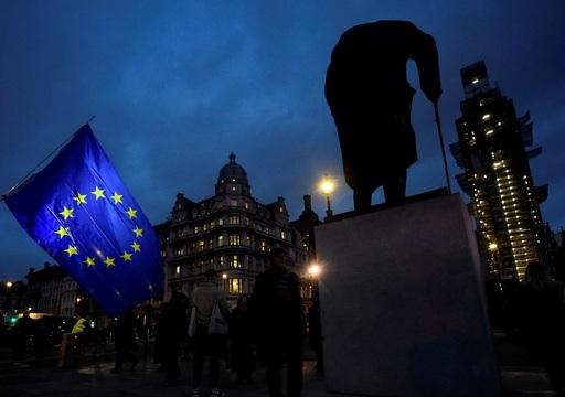 英議会のそばにある元首相・ウィンストン・チャーチルの像とEU旗。