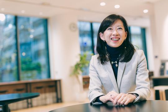 インタビュー中に微笑む、グロービス経営管理本部長・マネジング・ディレクターの林恭子さん。
