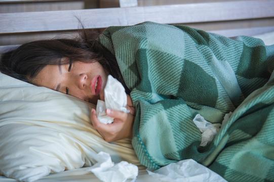 寝込んでいる女性。