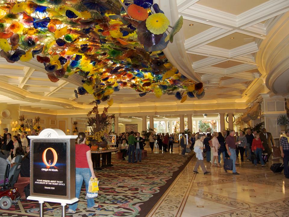 この街の大多数のホテルでは、チェックインカウンターに長い行列ができ……