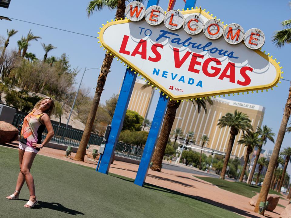 「すばらしい街ラスベガスへようこそ」と書かれた有名な看板の前で、完璧な写真を撮りたいって?