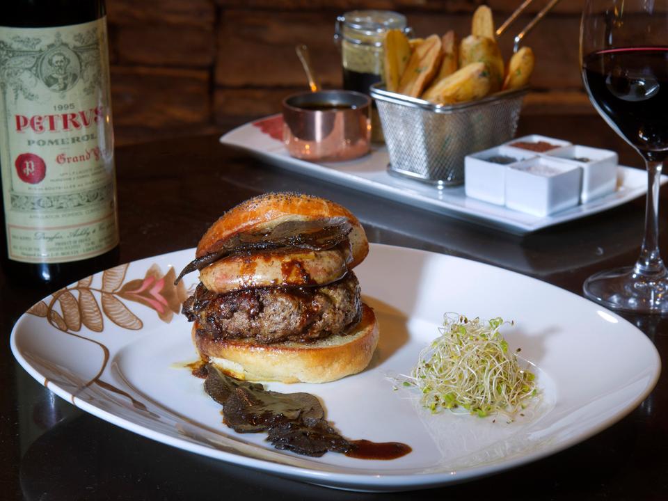 ラスベガスの高級リゾートレストランで供されるハンバーガーの一例。
