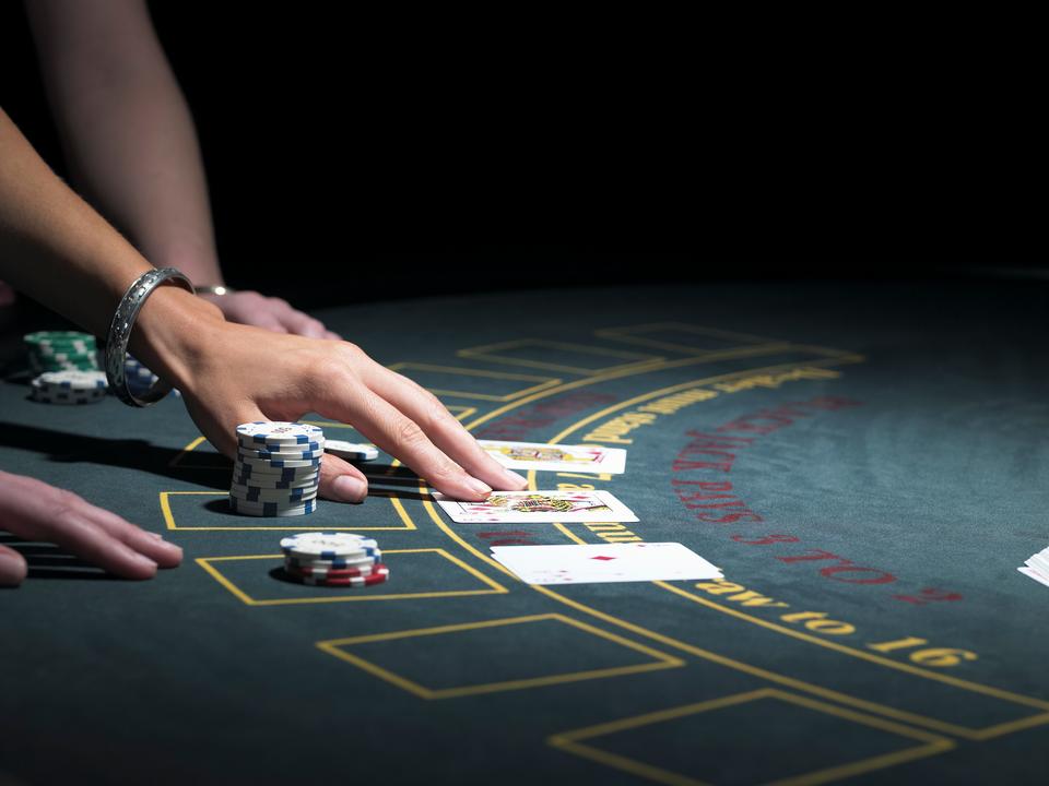 フォーブス誌の調査によると、カジノ側の取り分を増やす「ハウス・エッジ」の存在により、カジノゲームの種類によっては、客が勝つ確率がかなり低いものもある。長時間遊びたいなら、勝ち負けの確率が五分五分に近い、ブラックジャックを選ぶといいだろう。