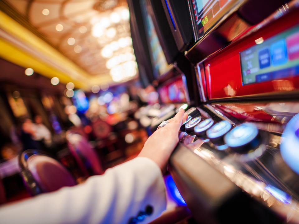 内装こそモダンに変わっているが、カジノの店内には今でも時計がない。これは、カジノを訪れた客を、時間の感覚を忘れてギャンブルにのめり込ませるための仕掛けとしてよく知られている。