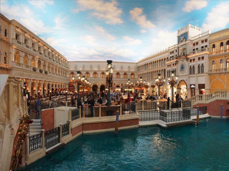 ベネチアのサン・マルコ広場を模したこちらの建物も、写真によっては息をのむほどの威容を誇る。