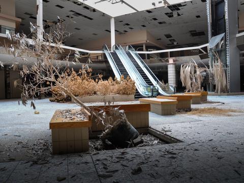 廃墟となったショッピングモール