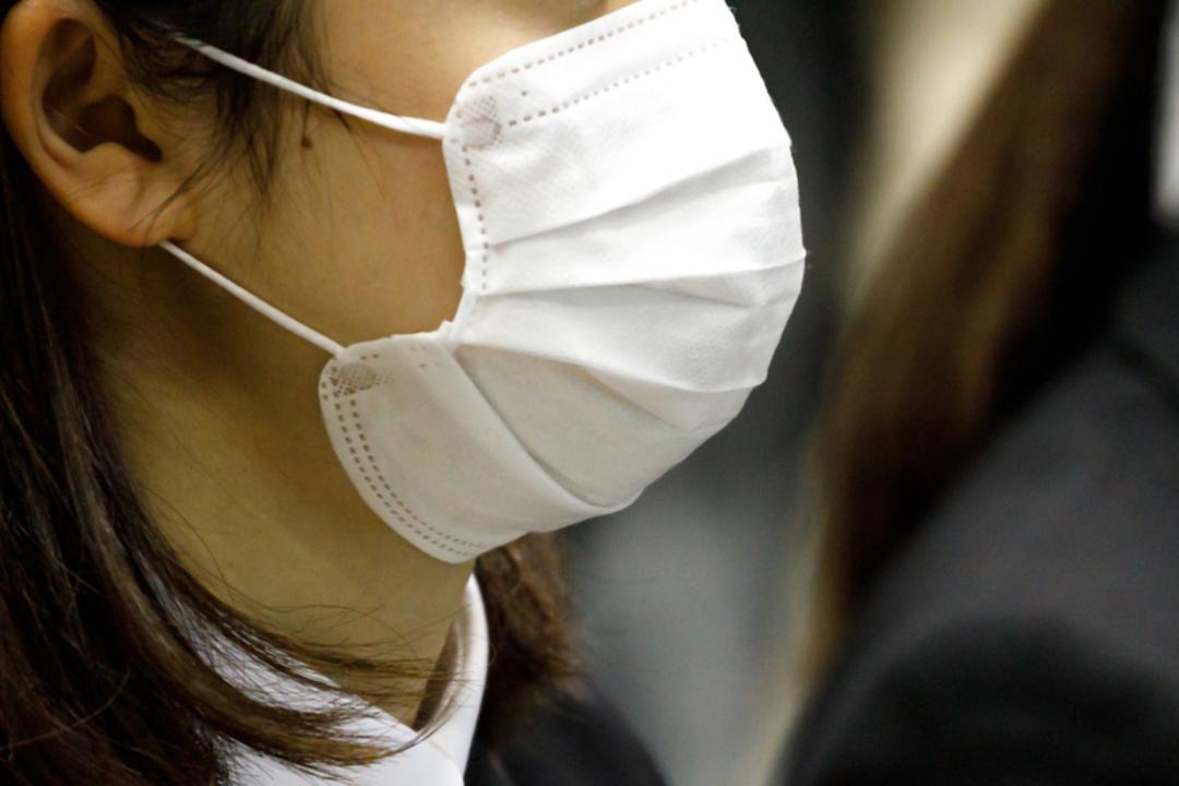 マスクをしている女性。