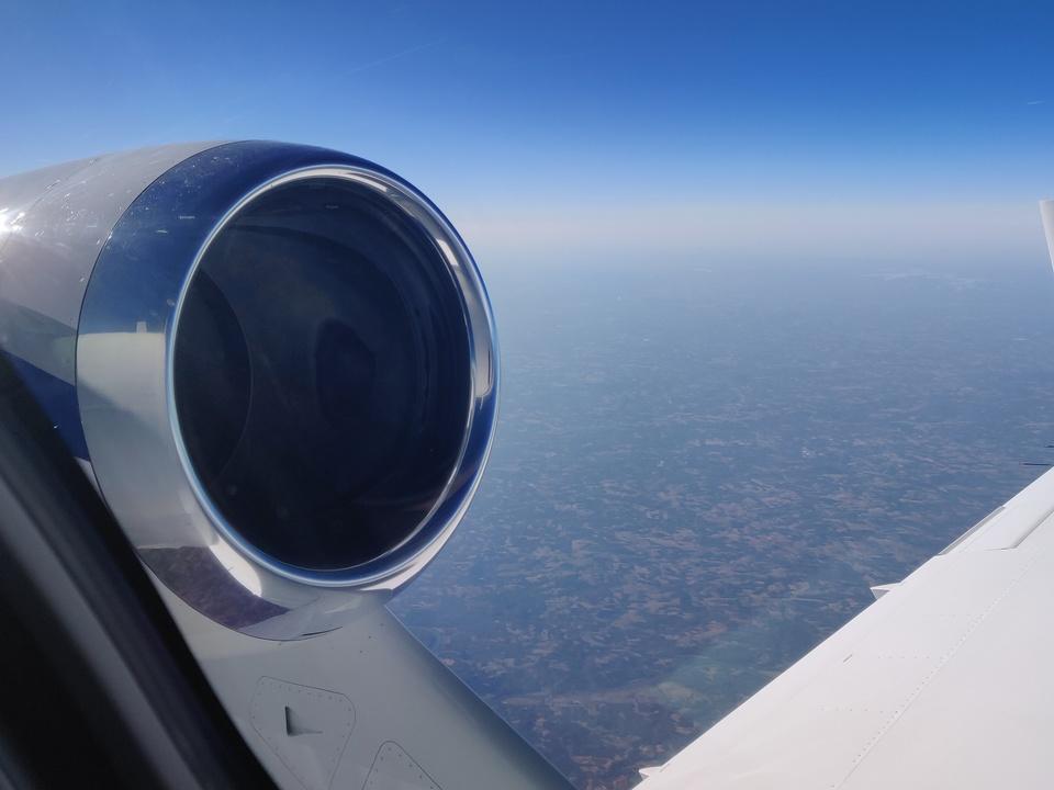 ホンダジェット エリート(HondaJet Elite):フライト中の窓から見たターボファンエンジンHF120