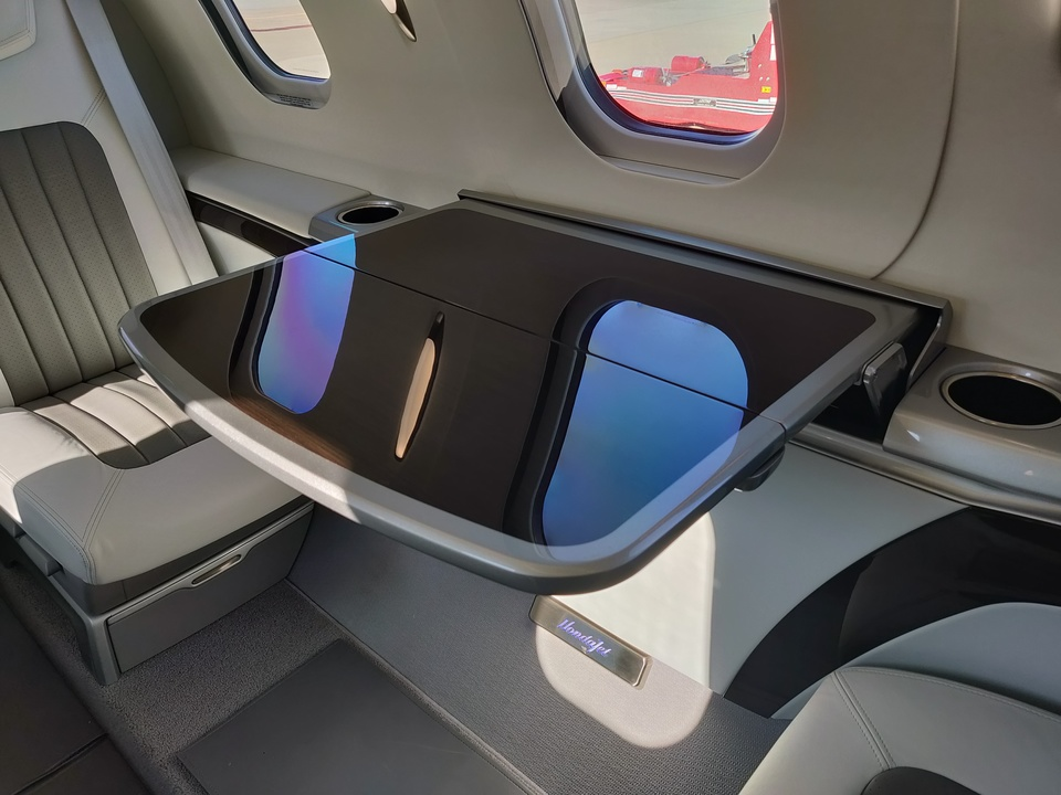 ホンダジェット エリート(HondaJet Elite):格納式のテーブル