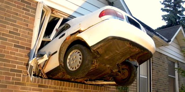 窓に突っ込んだ車