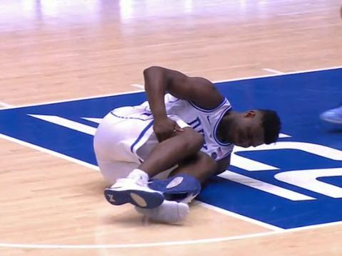 シューズが壊れ、コートに倒れ込むザイオン・ウィリアムソン選手