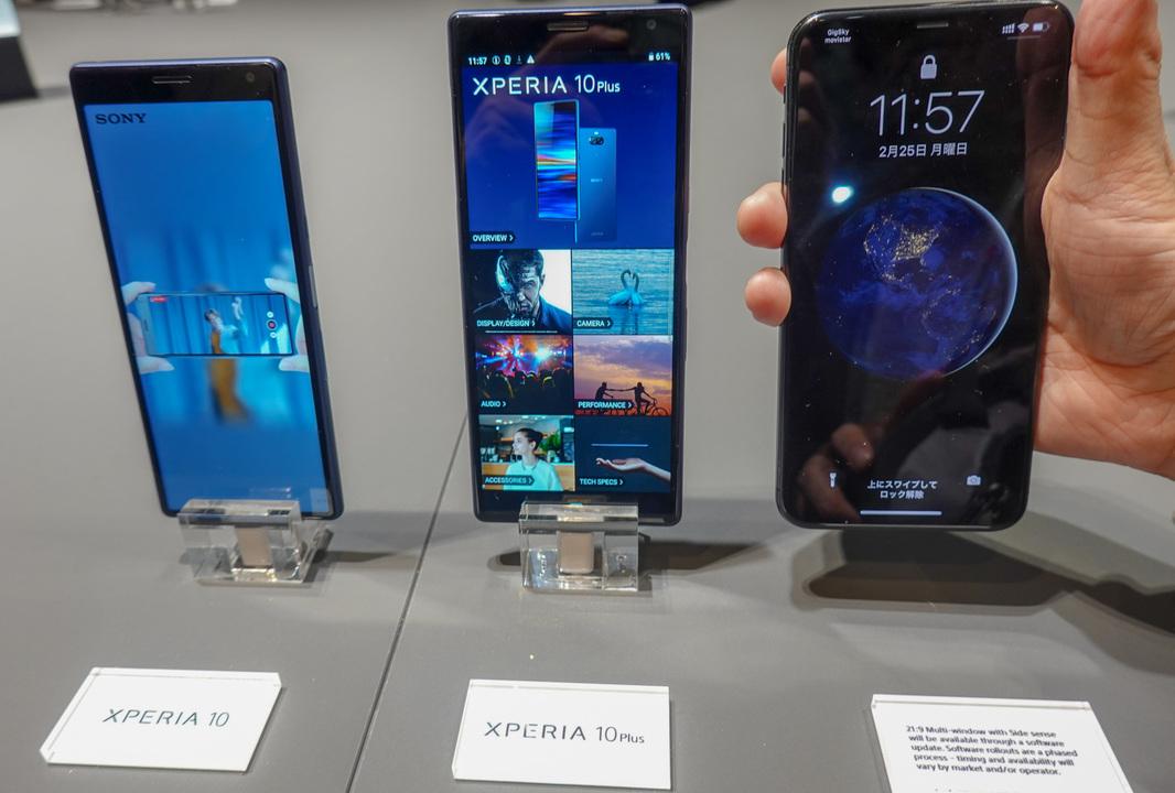 左がXperia 10、中央がXperia 10 Plus。右端のiPhone XS Maxに比べると細身で縦長に仕上がっている。