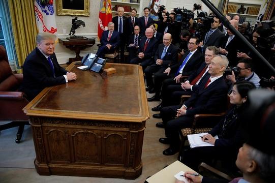 中国の劉鶴副首相と会談するトランプ大統領。