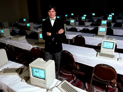 故スティーブ・ジョブズ。Macintoshに囲まれて。