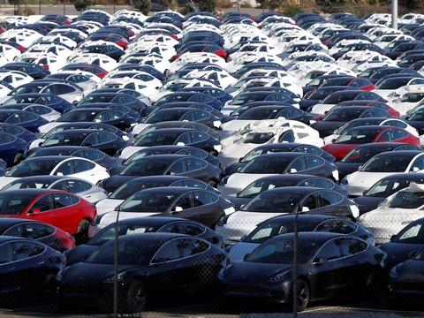 納車を待つテスラ「モデル3」が並ぶ駐車場