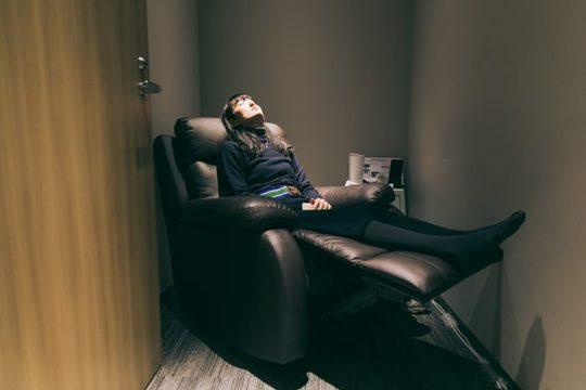 仮眠する女性の姿