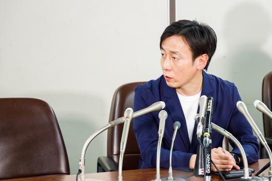 記者会見する青野慶久社長。
