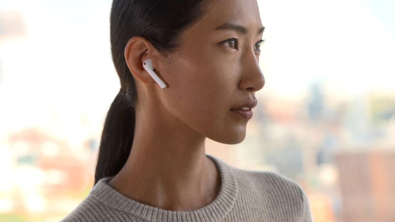 AirPodsのワイヤレスコントロールも優れており、1つを耳から外すと再生を一時停止し、戻すと再開する。さらに両方を外すと再生を完全に停止するといった機能を備える。そのほか、タップ操作でSiriを起動したり、曲をスキップするなどの設定も可能。