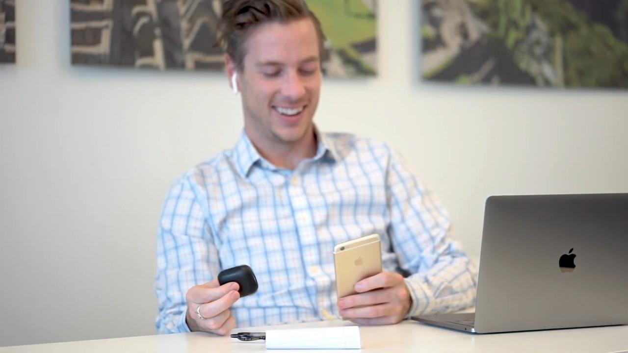またAirPodsは、複数のデバイス間で即座に接続を切り替えることもできる。筆者は通常、iPhoneとペアリングしているが、家にいる時はApple TVかMac miniにペアリングすることが多い。Apple Watchとペアリングするのも便利。