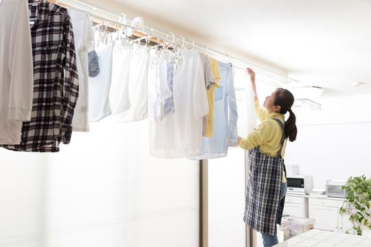 洗濯物をしまう女性