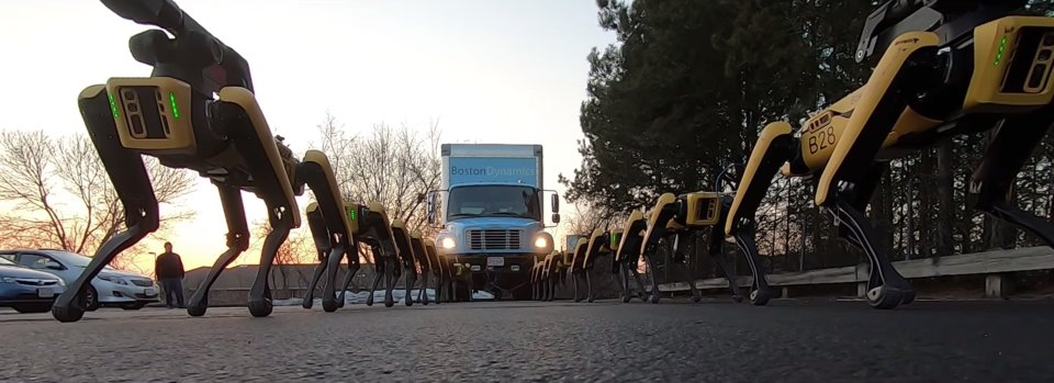 何かのCM? 10台の犬型ロボットがトラックを牽引する、ちょっと恐ろしい動画