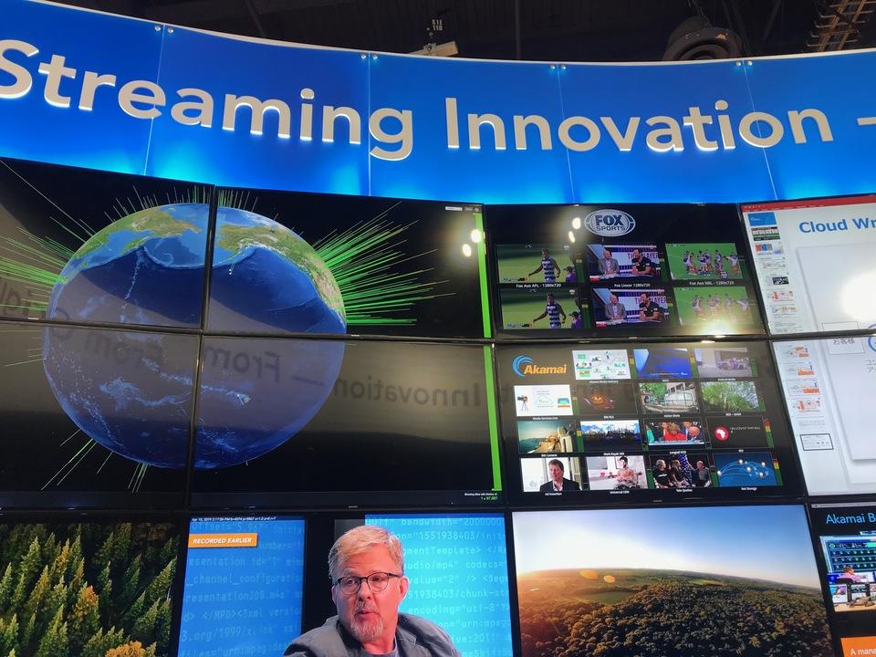 ゴートン・スミス会長が映し出されているTV画面