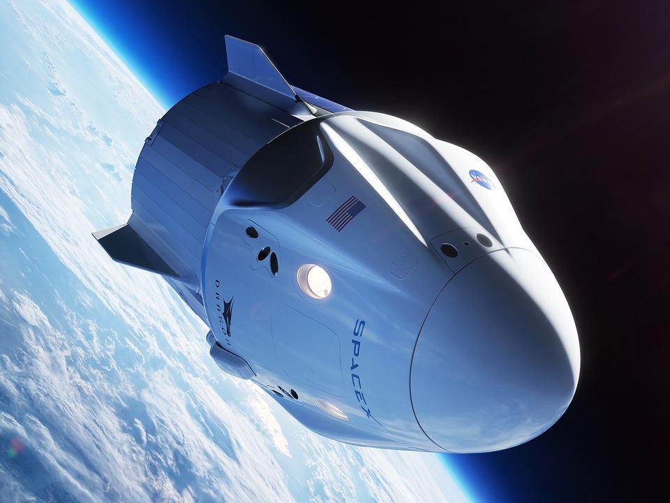 地球軌道を周るスペースXの宇宙船「クルードラゴン」(予想図)。