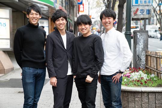 街で撮影された4人の写真