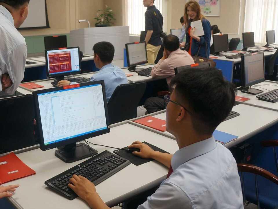 金日成総合大学でコンピューターを使う学生。