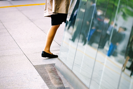 働く女性の若い足