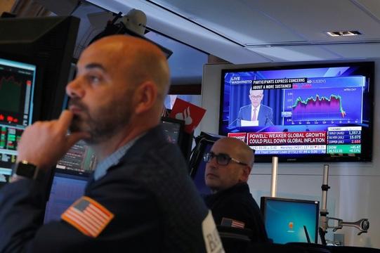 ニューヨーク証券取引所のトレーダー。