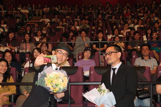 上海国際映画祭と同時期にある上海・日本映画週間の上映イベント「こんな夜更けにバナナかよ 愛しき実話」で、前田哲監督(写真右)と松竹の石塚慶生チーフ・プロデューサーが舞台挨拶。
