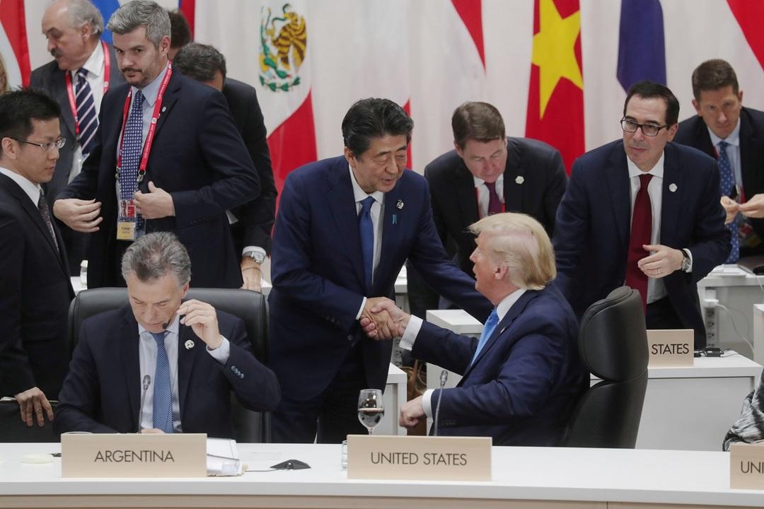 G20大阪サミットのクロージング・セッションで握手する安倍晋三首相とアメリカのトランプ大統領。