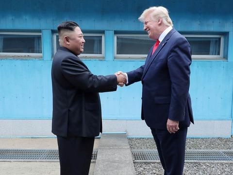 握手をするトランプ大統領と金委員長