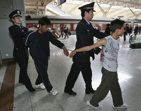 顔認証メガネで旅行者をスキャン —— 中国、すでに7人を駅で逮捕
