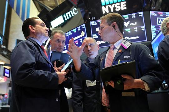 ニューヨーク証券取引所のフロアで働くトレーダー。