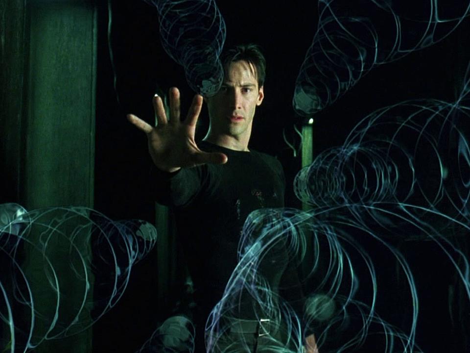 『マトリックス』では、主人公のネオが自分の住むシミュレーションの世界をコントロールすることができると気付く。