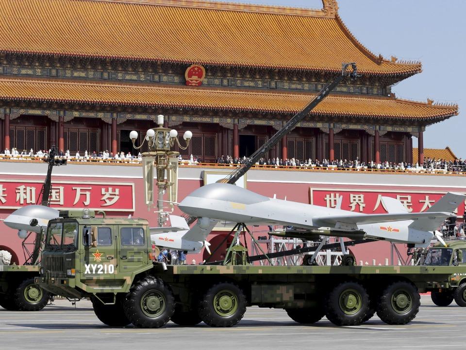 天安門前を通過する無人航空機の翼竜1。第二次世界大戦終戦70年記念の軍事パレードにて。北京。