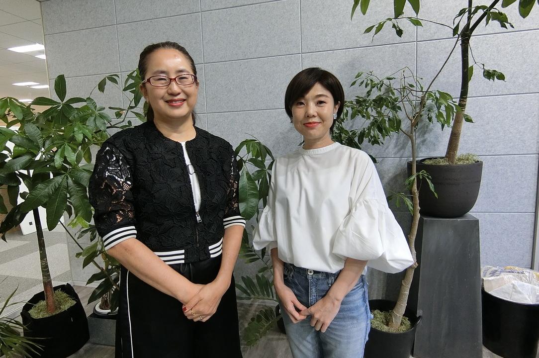ファッション・クリエイティブ・ディレクターの軍地彩弓氏(左)とワールドの森岡聡子グループコミュニケーション推進室室長(右)。