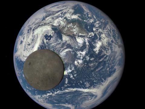 NASAによるこの資料画像では、地球から160万キロ離れたDSCOVR(深淵宇宙気候観測衛星)と地球の間を通過している月の裏側を捉えている。