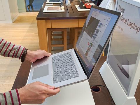 Surface Laptop 3を持ち上げてみた