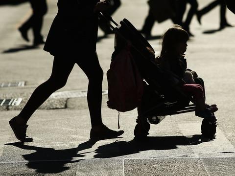 ニューヨークで最も危険な場所と言われるマンハッタンの3番街と14丁目の交差点を横断する歩行者。